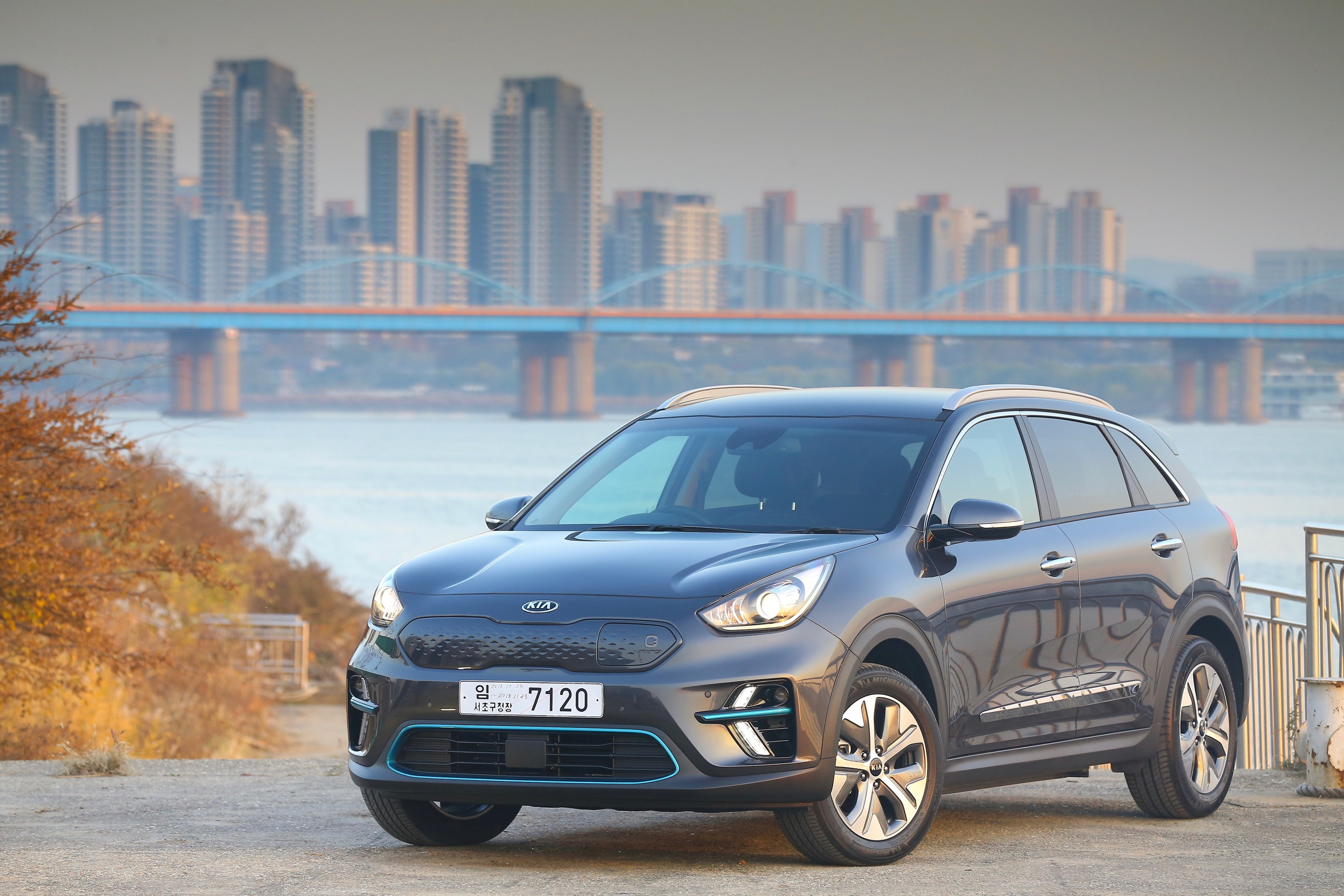 Full view of Kia e-Niro with city in the background
